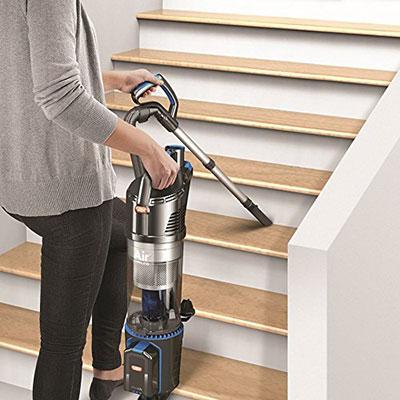 Limpieza-de-escaleras-con-Aspirador-Vax-Air-Cordless-Lift